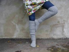 Skinny jeans and chunky knee-high socks. This looks so cozy! Knitted Boot Cuffs, Knit Boots, Knitted Slippers, Wool Socks, Knitting Socks, Hand Knitting, Knitting Ideas, Creative Knitting, How To Start Knitting