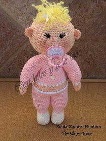 El bebé amigurumi  guarda un secreto en su interior, si le acercas un poco el chupete a la boca, lo coge rápidamente. Puede estar días y... Crochet Owls, Crochet Doll Pattern, Crochet Animals, Crochet Baby, Crochet Patterns, Amigurumi Patterns, Amigurumi Doll, Doll Patterns, Doll Toys