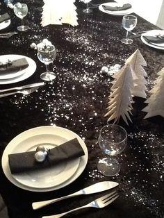 Julen 2013.    Sort dug med sølvglimmer og sølvkugler små hjemmelavet juletræer 1 juledag