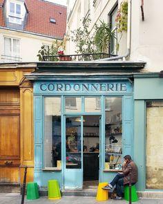 #Paris   Burası Paris'in en fotografik kafelerinden biri olan Boot Cafe.. Diğer güzel Paris kahveleri ve yeni Paris notları www.gezicigunluk.com'da!.