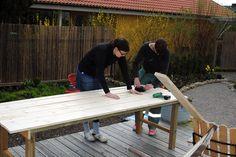 Att bygga ett stabilt trädgårdsbord – DIY   Livet på solsidan Ping Pong Table, Picnic Table, Outdoor Furniture, Outdoor Decor, Patio, Wood, Garden, Ska, Garten
