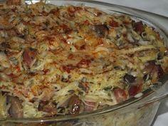 Przepis na zapiekanka makaronowa z boczkiem i pieczarkami. Cebulę obrać z łusek, opłukać, pokroić w kostkę i lekko zeszklić na oleju. Wędzony boczek pokroić w kostkę, dodać do cebuli i chwilkę razem podsmażyć.