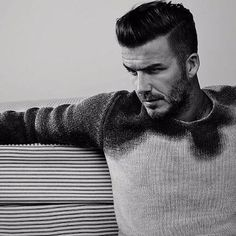 50 David Beckham hair styles - we have fohawks, all his dyed blonde hairstyles, the shaved sides look, the spiky hair that was crazy popular, & lots more! Mens Hairstyles Oval Face, Classic Mens Hairstyles, Hairstyles Haircuts, Haircuts For Men, Trendy Hairstyles, Short Pompadour, Beckham Hair, David Beckham Style, Curly Hair Styles