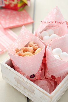 Cute snack pocket made from paper nupkin. Japanese Party, Japanese Food, Hina Matsuri, Baby Event, Cute Snacks, Snack Bags, Fiesta Party, Edible Flowers, Catering