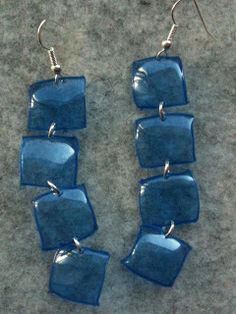Aretes de pedacitos de pet Bottle Jewelry, Fused Glass Jewelry, Resin Jewelry, Jewelry Crafts, Plastic Earrings, Plastic Jewelry, Plastic Bottle Crafts, Recycle Plastic Bottles, Diy Upcycling