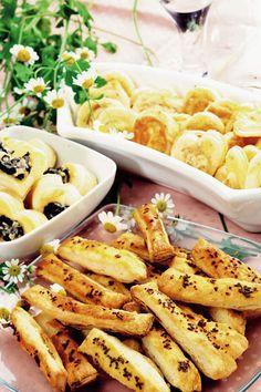 Saleuri cu brânză şi chimen | Retete culinare - Romanesti si din Bucataria… Halloumi Burger, Pizza Pastry, Romanian Food, Bread And Pastries, Mozzarella, Pasta Salad, Macaroni And Cheese, Diet Recipes, Biscuits