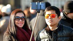 Mensen willen overal een selfie nemen zelfs als ze in een museum zijn. Sinds kort is het verboden in het Colosseum in Rome. Twee Amerikaanse toeristen graveerde hun initialen in een antieke muur en daar namen ze een selfie van. Dankzij de selfie konden de twee opgespoord worden. Ze riskeren een klacht van vandalisme. Ook in museums van New York, Londen, Parijs verbieden ze deze selfiesticks. In verschillende voetbalstations is dit ook niet meer toegestaan wegens vandalisme. CULTUUR (Italië)