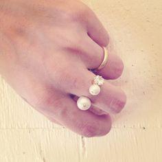 大きさの違うコットンパール2粒とクリスタルキュービックが指と指の間にちょこんと乗ったようなリングが仕上がりました。 お持ちのリングと重ね付けしてこれからの秋の...|ハンドメイド、手作り、手仕事品の通販・販売・購入ならCreema。