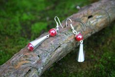 Boucles d'oreilles pendantes style ethnique - perle rouge et métal argenté : Boucles d'oreille par boisdesoluthe
