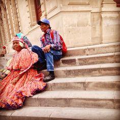 ¿Qué me vez? Dice Ella con su mirada, cansada de tantas fotos de turistas cuando la ven sentada en el centro de la ciudad en las escaleras del Palacio de Gobierno. Chihuahua, Chihuahua, México.