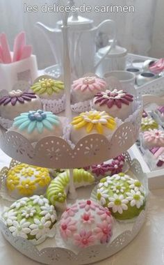 Eid Sweets, Indian Sweets, Cake Decorating Tips, Cookie Decorating, Eid Biscuits, Famous Desserts, Arabian Food, Traditional Cakes, Cookie Desserts