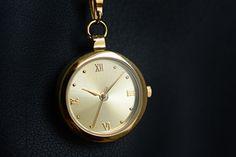 U příležitosti 275. výročí korunovace Marie Terezie Vám Národní Pokladnice představuje unikátní hodinky s mincí Marie Terezie.