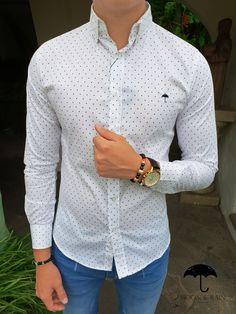 Outfit para hombre  camisa slim fit blanca de mini puntos vino e89853480251f