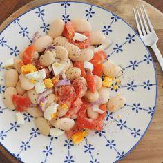 Weiße Bohnen, Tomaten, Ei mit Tahin-Dressing