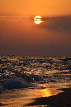 Sunset over the sea ~ Kallikrateia, Greece Beautiful Sunset, Beautiful World, Beautiful Places, Travel Pictures, Cool Pictures, Beautiful Pictures, Ocean Sounds, I Love The Beach, Rio