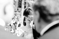 Solche Fotos finden wir immer super toll! Ein verliebtes Brautpaar nach der Trauung. Foto: Freude Lachen Liebe