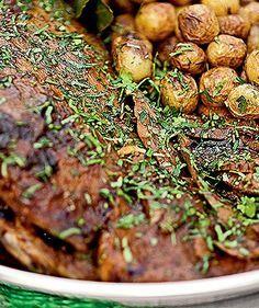 Pernil de cordeiro e batatas assadas com alecrim (Foto: )