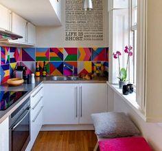 Colores brillantes sobre muebles de cocina blancos, no todo es igual   #MueblesdeCocina #Cocinasalegres #CocinasDeMadrid   #cocinasdediseño