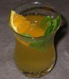 IlMojito al mandarinoè un cocktail cubano a base di Rum, menta, mandarini e lime. E' rinfrescante e sfizioso.