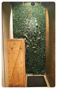 #JardinVertical de #hierbaartificial y #liquenes con lianas colgantes. Bar, Astroturf, Vertical Gardens, Pendants