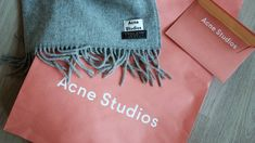 I have been eyeing up the Acne Studios Canada Ligth Grey Melange Scarf for a long time, but now I bit the bullet and bought this baby. And I'm in love. <3