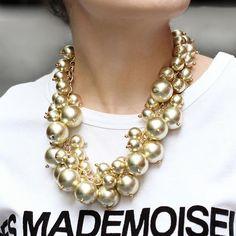 Os acessórios maxi são ótimos para combinar com t-shirts básicas. A gente adora quando eles se tornam a estrela da produção! ⭐️  .  .  .  .  .  #espacond #inspiracao #bijoux #fashion #lookdodia #luxo #instalook #instafashion #glamour #glam #estilo #style #acessorios #trend #tendencia #lovedesign #create #bijuterias #atelier #handmade #moda #semijoias #colar #necklace