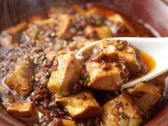 花椒(ホワァジャオ)のしびれる辛さと、唐辛子のピリッとした辛さが刺激的な麻婆豆腐。ときどき無性に食べたくなる、ピリ辛の中国料理です。今回は、中国名菜<銀座アスター>伊勢丹新宿店の料理長・村山亮さんに本格麻婆豆腐作るコツを教えて頂きました。