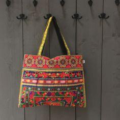 Lekkere grote geborduurde shopper.Sluit door middel van een rits en heeft een met rits afsluitbaar binnenvakje.Kleur: geel/rood/blauw/groen Nepal, Bag Making, Reusable Tote Bags, Shoulder Bag, Shoulder Bags
