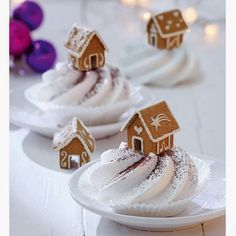 DIY-Tipp: So bauen Sie ein Mini-Lebkuchenhaus So sweet :] With these mini gingerbread houses you can really impress. Christmas Gingerbread House, Christmas Sweets, Christmas Cooking, Noel Christmas, Christmas Goodies, Gingerbread Cookies, Gingerbread Houses, Xmas, Cupcake Cakes