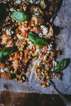 Lukijaresepti: Kikherne-leipäsalaatti uunissa – Viimeistä murua myöten Vegan Foods, Smell Good, Paella, Wine Recipes, Feta, Curry, Favorite Recipes, Vegetables, Ethnic Recipes