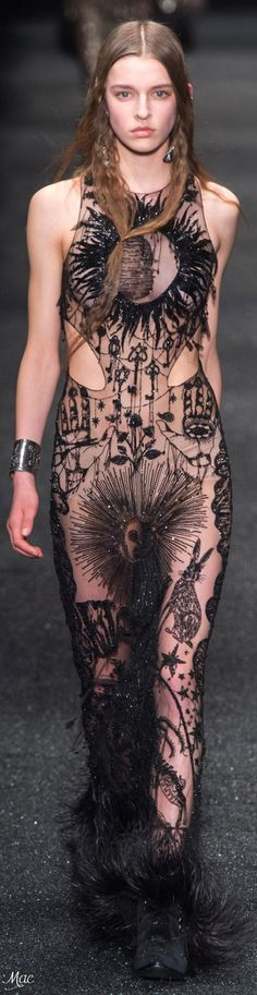 Fall 2017 RTW Alexander McQueen - The occult tradition continues Couture Fashion, Runway Fashion, Fashion Art, High Fashion, Fashion Design, Alexander Mcqueen 2017, Alexandre Mcqueen, Estilo Dark, Design Textile