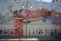 A 20 metri da terra per realizzare un murale che alla fine richiederà l'utilizzo di 500 bombolette spray. Sono al lavoro in via Torino a Milano due writers reclutati da Monkeys Evolution, associazione nata nel 2004 a Torino dall'unione di quattro writers, con l'obiettivo di diffondere i graff