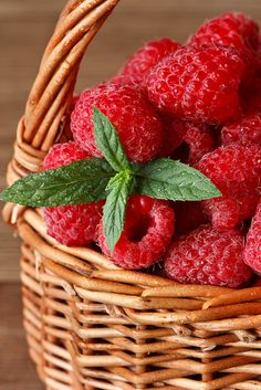 Fresh raspberries. Health benefits of raspberries.