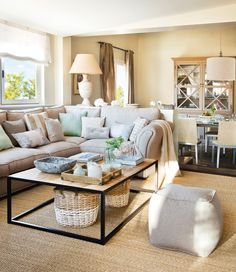 Living room with sofa in L and baskets under side table. Small Living Rooms, Home And Living, Living Room Decor, Living Spaces, Cozy House, Room Inspiration, Interior Inspiration, Family Room, Sweet Home