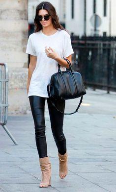 Kendall Jenner usa calça de couro + camiseta branca.