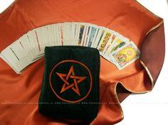 Komplet - pouzdro na karty + vykládací ubrus ze saténu s ukázkou karet. Kombinace luxusního sametu a saténu ochrání před vlivy.  Uvnitř jsou 2 kapsy, na karty, na knížečku, na poznámky, na kouzla, na cokoliv, na šáteček, na kterém vykládáte, na cokoliv.
