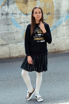 Même vêtue d'une jupe il est possible d'être confortable pour la récréation ! Une paire d'espadrilles lustrée et un chandail à slogan décontracté vous permettront de courir de tous les côtés en étant tendance • Even with a skirt you can be completely comfortable for the recess ! A pair of shinny sneakers and a simple slogan shirt will let you run freely in style. Mode Choc, Slogan, Back To School, Espadrilles, Simple, Sneakers, Jackets, Fashion, Dress Collection