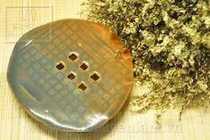 Đĩa kê gốm vuốt tay, Strangely shaped dish holder with leg, HW 0013 00 01, D17XH3.5, 150.000 VND