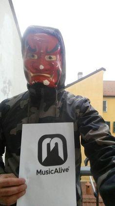 WaxKillers   DJ e produttore hiphop con un bagaglio di un centinaio di produzioni alle spalle, inoltre è stato finalista nella competizione dmc.  L'artista è stato uno dei primi in Italia ad uttilizare una maschera durante i DJ set.