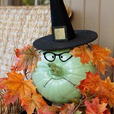 Herbstdeko mit Kürbissen selber-machen-hexe-kuerbis-bemalen