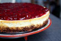 Madlaboratoriet: Nordisk skyr-cheesecake med rugbrødsbund og brombærsauce Fika, Food Cakes, Cakes And More, Tiramisu, Mousse, Cake Recipes, Cheesecake, Sweets, Ethnic Recipes