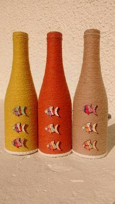 Creative and Modern Tips and Tricks: Modern Vases Glass floor vases cotton.Chinese Vases Art Project paper vases old books. Wine Bottle Art, Diy Bottle, Wine Bottle Crafts, Yarn Bottles, Bottles And Jars, Glass Bottles, Blue And Copper Living Room, Jute, Diy Bouquet