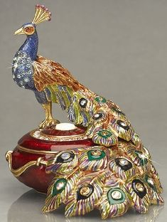 Peacock jewelry box by Jay Strongwater. How graceful the peacock looks and nice colors. Peacock Decor, Peacock Colors, Peacock Art, Peacock Eggs, Peacock Bedroom, Peacock Design, Jewellery Boxes, Jewelry Gifts, Jewellery Shops