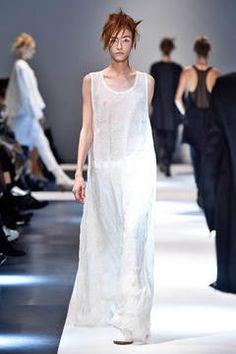 Ann Demeulemeester – Der Out-of-Bed-Look ist aus der Haarmode schon lange nicht mehr wegzudenken. Neu ist er in der High Fashion. Die Looks vom Laufsteg haben Nachthemden zu Vorbild und sind der neue Trend für die Frühjahrs- und Sommermode.
