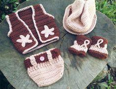 Conjunto confeccionado em crochê em.fio antialérgico  Composição : colete, tapa fralda, chapéu e sapatinhos  Cor marrom e bege  Tamanhos RN/1 a 3/ 3 a 6 meses