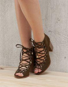 Wiązane sandały na obcasie.  Odkryj to i wiele innych ubrań w Bershka w cotygodniowych nowościach