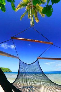 Playa desierta de Fiji con arena blanca y agua cristalina.