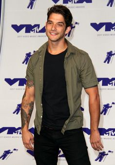 Tyler Posey << I imagine the Regan brothers having a skin tone similar to this Teen Wolf Funny, Teen Wolf Boys, Teen Guy, Mode Masculine, Tyler Garcia Posey, Tyler Posey Teen Wolf, Wolf Character, Netflix, Scott Mccall