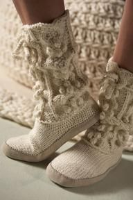 There are some really cute and suggly looking slippers out there. I would love to make a pair of crocheted slippers or knitted woolen bed . Crochet Shoes, Knit Crochet, Sock Shoes, Shoe Boots, Knitting Socks, Hand Knitting, Knitted Slippers, Slipper Boots, Warm And Cozy