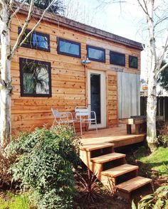 "Bungalow à Portland, États-Unis. Have you ever wanted to experience ""tiny"" living? Well welcome to myTiny  House Haven; This stylish urban home is set in a wooded private garden which gives it a relaxed nature vibe.  This 160 square foot studio space feels spacious and open. The ..."